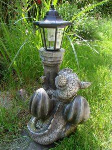Drachen Gartenfigur mit Solarlampe Rückseite